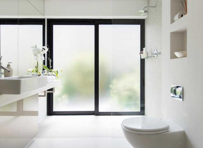 Aké sklo vybrať na okno do kúpeľne