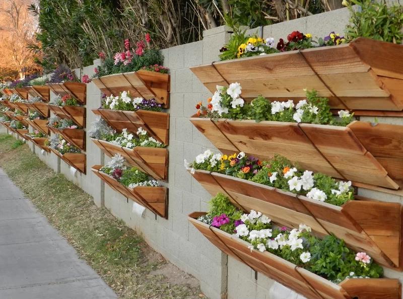 Drevené kvetináče dodajú záhrade ten správny šmrnc