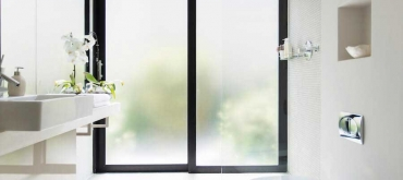 Projekty domov | Aké sklo vybrať na okno do kúpeľne