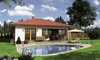 Moderný bungalov s priestrannou obývacou izbou s krbom.