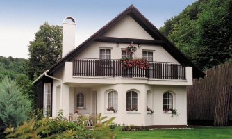 Klasický projekt domu so suterénom a  presvetlenou obývacou časťou.