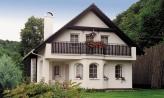 Klasický projekt domu s presvetlenou obývacou časťou