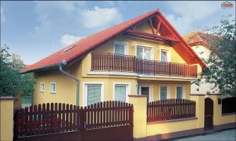 5-izbový dom so suterénom a izbou na prízemí.