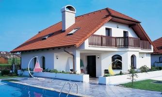 Dom s podkrovím, dvojgarážou a je vhodný ako dvojdom