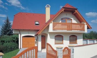 Klasický dom s polvalbovou strechou.